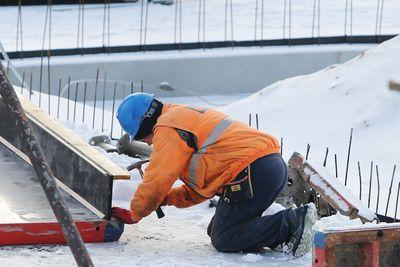 Foto: Ein Bauarbeiter arbeitet auf einer Baustelle.
