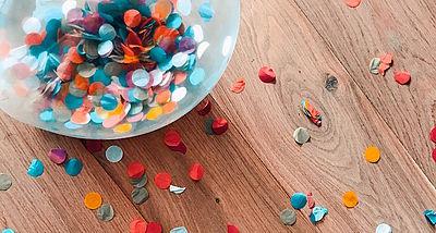 Foto: Schüssel mit Konfetti auf einem Tisch