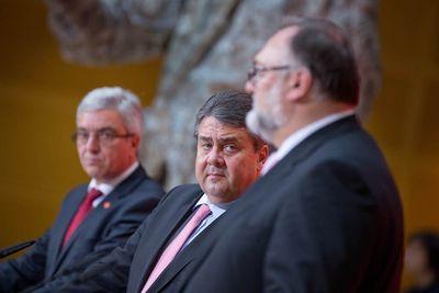 Pressekonferenz in Berlin mit Rheinland-Pfalz' Innenminister Roger Lewentz (l-r), SPD-Chef Sigmar Gabriel und Passaus Oberbürgermeister Jürgen Dupper (Foto: dpa)