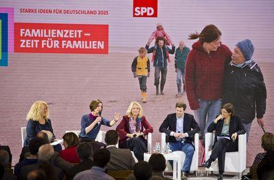Podium: Jutta Allmendinger, Manuela Schwesig, Tobias Scholz und Christiane Benner (Foto: Michael Gottschalk / photothek.net)