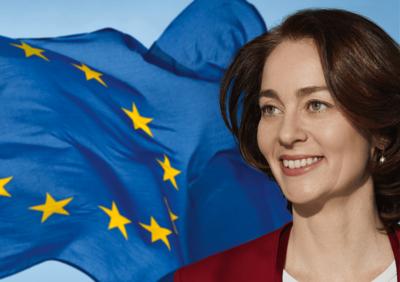 Foto: Katarina Barley vor der Flagge der Europäischen Union