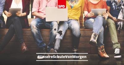 Foto: Jugendliche sitzen auf einer Bank und halten auf ihren Knien Laptops