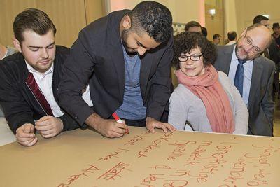 Foto: Teilnehmer erarbeiten bei der Dialogveranstaltung in Frankfurt am Main Vorschläge zur Erneuerung der SPD