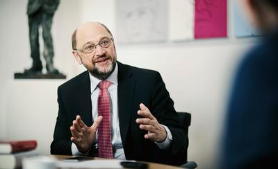 Foto: Martin Schulz sitzt in seinem Büro und diskutiert