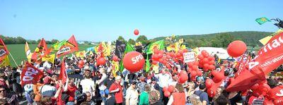Foto: Tausende bei Anti-Atomprotesten im April 2011 vor dem Atomkraftwerk in Grohnde nahe Hameln.