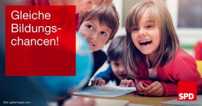 """Symbolfoto Bildung mit glücklichen Schulkindern und Textkachel mit Forderung """"Gleiche Bildungschancen!"""""""