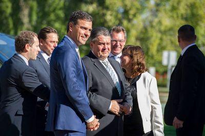 Sigmar Gabriel und Pedro Sánchez besuchten auch in Siemenswerk in Madrid.