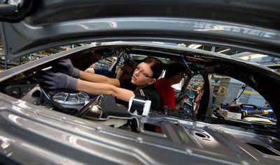 Eine Arbeiterin montiert in der Produktion im Werk Sindelfingen die Mercedes-Benz S-Klasse.
