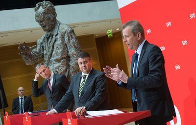 SPD-Chef Sigmar Gabriel (M), Nürnbergs OB Ulrich Maly (r) und sein Gelsenkirchener Amtsollege Frank Baranowski (l) bei einer Pressekonferenz im Willy-Brandt-Haus in Berlin. (Foto: dpa)