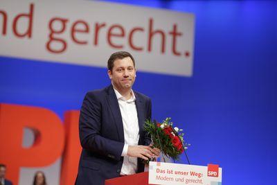 Foto: Lars Klingbeil mit Blumenstrauß nach seiner Wahl zum Generalsekretär der SPD