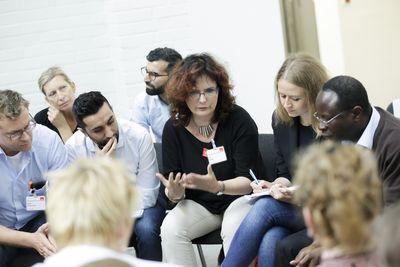 """Foto: SPD-Mitglieder diskutieren bei der Programmkonferenz """"Europa"""" in Berlin über das Regierungsprogramm"""