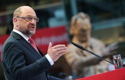 Foto: Martin Schulz (M) steht in Berlin in der Parteizentrale der SPD auf der Bühne.