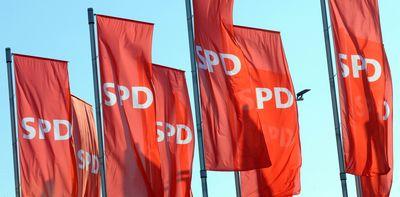 SPD-Flaggen wehen vor dem Perspektivkongress 2015 im Wind. (Foto: dpa)