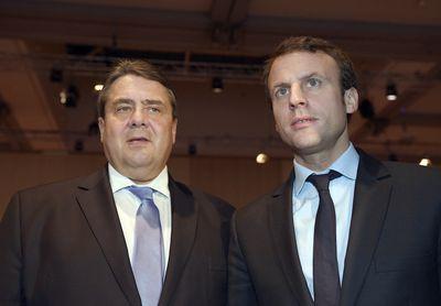 Der französische Wirtschaftsminister Emmanuel Macron (r) und Bundeswirtschaftsminister Sigmar Gabriel (SPD) unterhalten sich am 24.11.2015 auf dem Deutschen Arbeitgebertag in Berlin.