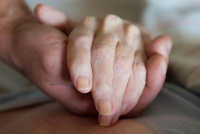 Geschäftsmäßige Sterbehilfe ist in Deutschland künftig verboten, Palliativmedizin weiterhin erlaubt. (Foto: dpa)
