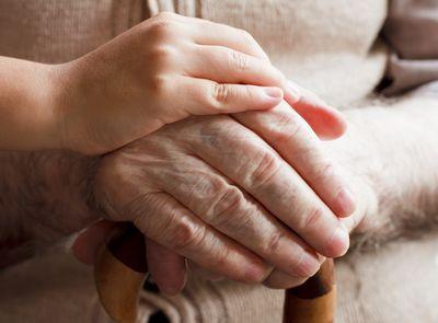 Bild: junge und alte Hände