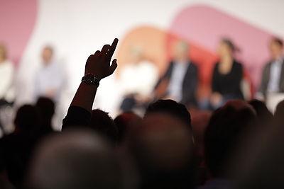 Foto: Zuschauer hebt die Hand während der Veranstaltung in Hannover