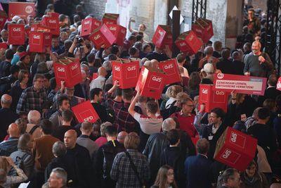 Foto: Teilnehmer tragen Sitzhocker mit SPD-Logo beim SPD-Debattencamp durch die Menge.