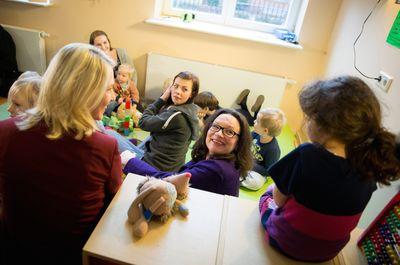 Manuela Schwesig (links) und Andrea Nahles sitzen in Berlin in einer Kindertagesstätte mit Kindern und Erzieherinnen zusammen.