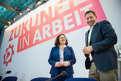 Foto: Andrea Nahles (l-r) und Lars Klingbeil kommen zu einer Klausurtagung des SPD-Vorstands in das Willy-Brandt-Haus.