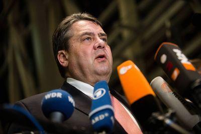 Sigmar Gabriel tritt vor die Presse und gibt den Kompromiss beim Asylpaket II bekannt.