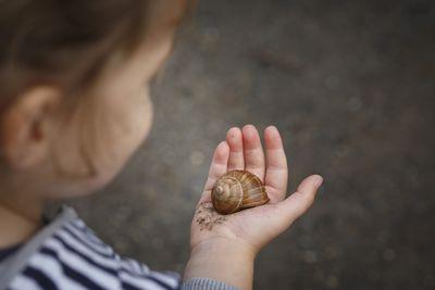 Foto: Kind mit einer Schnecke in der Hand