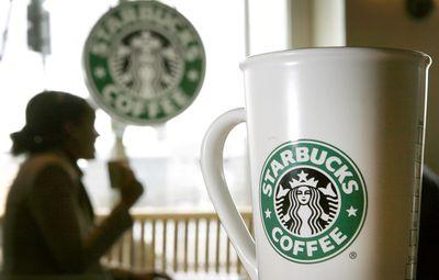 Foto: Eine Kaffeetasse steht in Hamburg in einem Starbucks Coffee Shop
