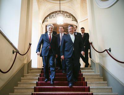 Foto: Werner Faymann und Sigmar Gabriel gehen eine Treppe entlang
