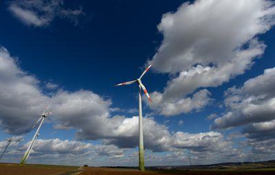Ein Windrad dreht sich vor blauem Himmel. Schön! (Foto: dpa)