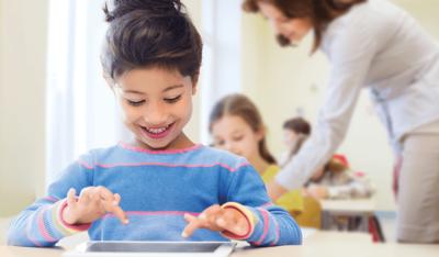 Foto: Schülerin mit Tablet im Unterricht