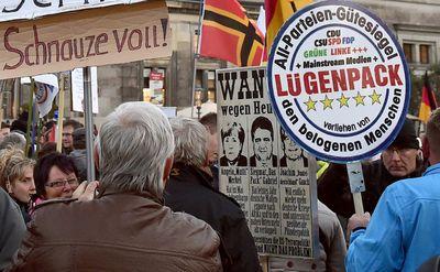 Seit einem Jahr demonstriert Pegida fast jeden Montag in Dresden. Die Parolen werden immer radikaler. (Foto: dpa)
