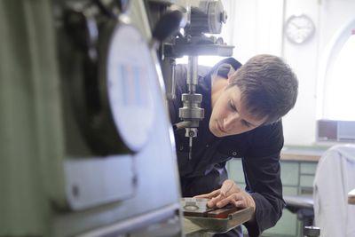 Bild: Mann bei der Arbeit mit einer Bohrmaschine