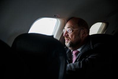 Foto: Martin Schulz sitzt in einem Flugzeug und schaut aus dem Fenster