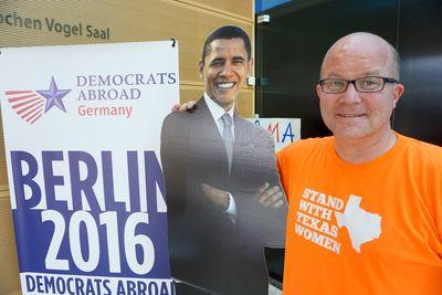 Foto: Quaide William steht neben einer Pappfigur von Barack Obama