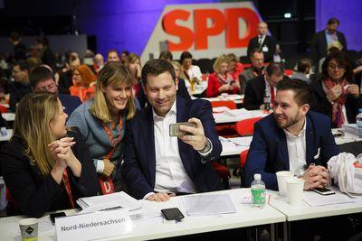 Foto: Lars Klingbeil macht mit Delegierten ein Selfie