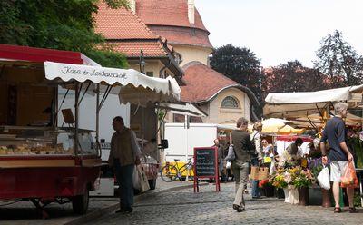 Bild: Marktplatz mit Menschen