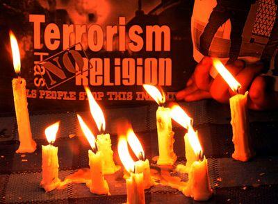 """""""Terrorismus hat keine Religion"""" steht auf einem Schild in Indien. Auch wird um die Opfer der Anschläge von Paris getrauert. (Foto:dpa)"""