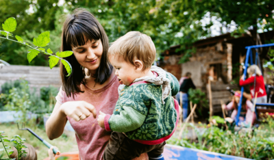 Foto: Junge Mutter mit Kind in einem Garten