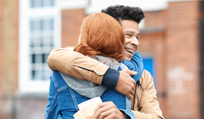 Foto: Zwei junge Menschen umarmen sich