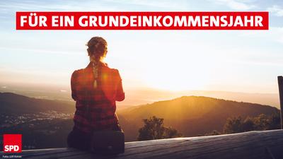 """Frau blickt auf Bergpanorama """"Text: Für ein Grundeinkommensjahr"""""""