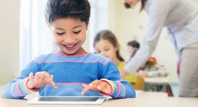 Foto: Schulkind lernt mit Tablet