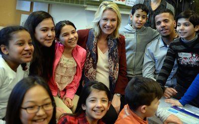 Manuela Schwesig (Mitte) mit Kindern einer Willkommensklasse in Berlin. Rechts im Bild ist der Bundesfreiwillige Mohammed Rahal aus Syrien zu sehen.
