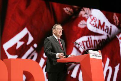 Foto: Gerhard Schröder erinnert an verstorbene Größen der Soziademokratie