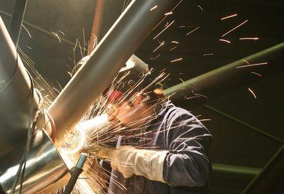 Foto: Ein Bauarbeiter schweißt (Archivfoto vom 28.01.2008).