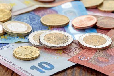 Foto: Euro-Münzen liegen auf Euro-Scheinen