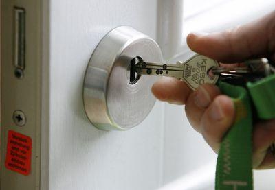 Foto: Ein aufbohrsicheres Sicherheitsschloss wird in einem einbruchsicheren Haus gezeigt.