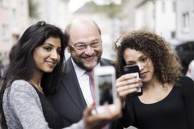 Foto: Martin Schulz macht gemeinsam mit zwei Anhängerinnen ein Selfie