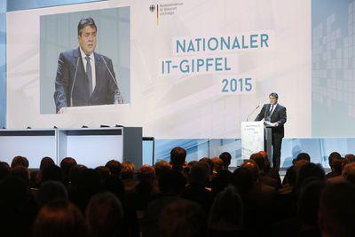Sigmar Gabriel spricht beim IT-Gipfel in Berlin. (Foto: dpa)