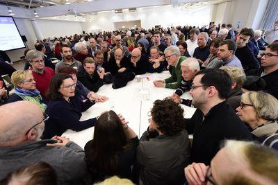 Foto: SPD-Mitglieder diskutieren mit Andrea Nahles den Koalitionsvertrag