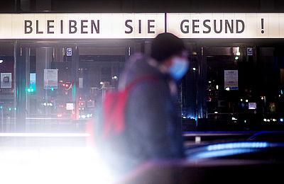 """Foto: Schriftzug """"Bleiben Sie gesund!"""" steht an einer Fassade"""